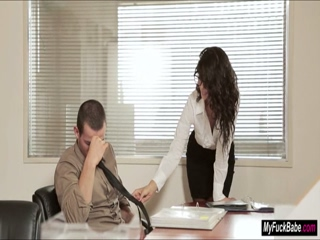 Alexa Tomas is secuding her officemate