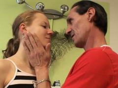 Dilettante Hottie Lets An Older Guy Penetrate Her Cuchy