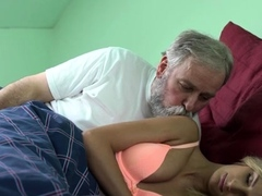 Teen Blonde Honey 's Cunny Stretched Wide